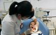 Vì sao không nên tự nhổ răng sữa cho trẻ?