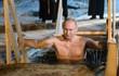 7 ngày qua ảnh: Tổng thống Putin cởi trần tắm nước lạnh giữa mùa đông