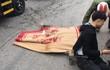 Người dân mang chiếu đắp lên người cô gái ở Hà Nội sau khi bị xe bồn cán trúng