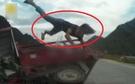 Va chạm kinh hoàng, người ngồi trong xe bị hất bay trên không trung