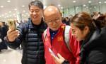 Bất chấp đêm lạnh 10 độ C, hàng trăm CĐV tới sân bay Nội Bài chào đón ĐT Việt Nam trở về