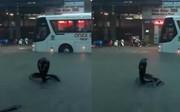"""Hình ảnh """"rắn hổ mang"""" xuất hiện trên đường phố Nha Trang khiến nhiều người kinh hãi"""