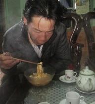 Người đàn ông hơn 20 năm chỉ ăn... mỳ tôm
