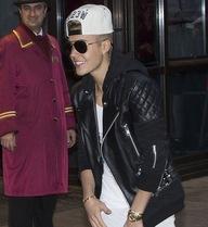 Justin Bieber bị tống cổ khỏi hộp đêm vì vệ sỹ bạo lực với fan