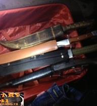 """Cận cảnh """"kho"""" đao, súng của đối tượng nhảy sông Kim Ngưu trốn 141"""