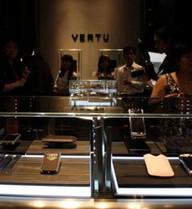 Kinh tế khó khăn, người Việt vẫn mạnh tay chi tiền mua hàng xa xỉ