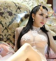 Cung Nguyệt Phi mặc váy mỏng, uốn éo quảng cáo trên giường