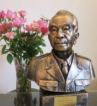 Trầm trồ trước bức tượng Đại tướng của nhà điêu khắc hỏng 2 mắt