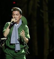 Đàm Vĩnh Hưng mặc trang phục bộ đội lên sân khấu