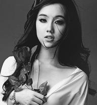 Hot girl Mie Nguyễn hững hờ cởi cúc áo ngực