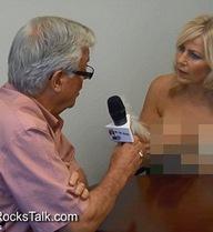 """Canada: Phóng viên để """"ngực trần"""" hỏi, thị trưởng """"bối rối"""" trả lời"""