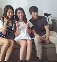 Kim Woo Bin, Song Ji Hyo nhí nhảnh chụp hình với Ngọc Thảo