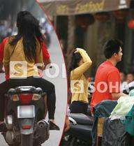 Vợ chồng Baggio ngang nhiên đi xe máy không mũ bảo hiểm