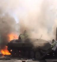 VIDEO: Xe bọc thép quân đội Ukraine bốc cháy dữ dội ở Mariupol