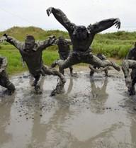 24h qua ảnh: Cảnh sát bán quân sự Trung Quốc khổ luyện trong bùn