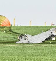 24h qua ảnh: Máy bay chiến đấu rơi trên đồng cỏ