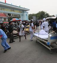 Hơn 1.000 công nhân may ngộ độc, các bệnh viện quá tải
