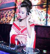 DJ Tít hóa thân Võ Tắc Thiên nóng bỏng trên bar