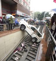 24h qua ảnh: Ô tô mất lái rơi xuống hầm đi bộ ở Trung Quốc