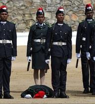 24h qua ảnh: Học viên sĩ quan ngất xỉu trong khi chào cờ