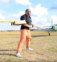 Lực sỹ dùng tay không ngăn hai máy bay cất cánh gây choáng