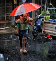 """""""Mưa rồi, về nhà thôi con"""" - Chùm ảnh cảm xúc trong ngày Đà Nẵng mưa bão"""