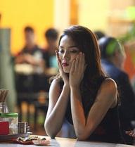 Hoa hậu Kỳ Duyên ăn phở vỉa hè sau khi chạy sô