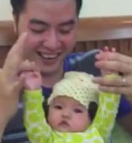 """Chồng Mai Thỏ dạy con gái 3 tháng tuổi """"đua xe"""""""