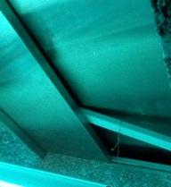 Vì sao cửa thang máy mở khi không có cabin?
