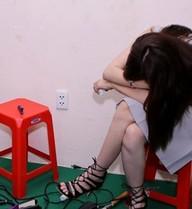 Lưu Hương Giang gục mặt ngủ trong hậu trường The Voice Kids