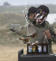 24h qua ảnh: Lính đặc nhiệm dùng tay không chặt đôi chai thủy tinh