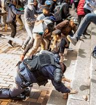 24h qua ảnh: Sinh viên tức giận đạp vào đầu cảnh sát chống bạo động