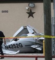 """Máy bay đột nhiên """"cắm đầu"""" xuống bãi đỗ xe, ba người chết thảm"""