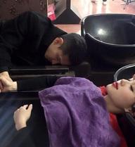Chồng Tâm Tít ngủ gục nắm tay khi vợ gội đầu gây ra tranh luận