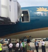 Va chạm giữa ống lồng và cửa ra vào của máy bay xịn nhất Việt Nam