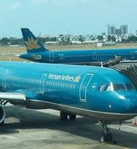 Máy bay Vietnam Airlines rách cánh đuôi do va cột đèn