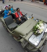 Màn rước dâu hoành tráng khiến người đi đường Sài Gòn phải dừng lại để ngắm