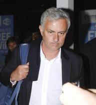 """Thầy trò Mourinho buồn như """"đưa đám"""" khi về Manchester"""