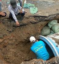 Ảnh: Vỡ đường ống, hàng nghìn hộ dân ở trung tâm Sài Gòn bị cúp nước