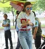 Hồ Ngọc Hà đội mưa đi sự kiện
