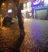 Mưa bão kinh hoàng, giao thông hỗn loạn ở nội thành Hà Nội