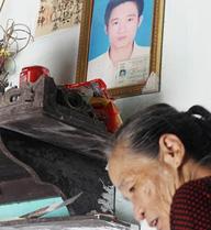 Mẹ già lặng lẽ bên di ảnh 5 con chết vì ung thư