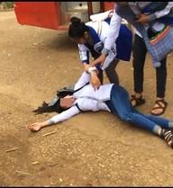 Nam sinh cấp 2 đánh bạn nữ tới ngất xỉu ở bến xe bus