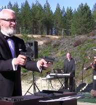 """Trình tấu nhạc Beethoven và """"Murka"""" bằng súng lục"""