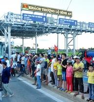 Dân chặn xe tại trạm thu phí, quốc lộ 1 tắc nghẽn hơn 2 giờ