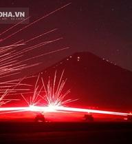 Hình ảnh vũ khí khai hỏa trong đêm đẹp như pháo hoa