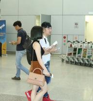 Hương Tràm nắm chặt tay Quang Hà tại sân bay