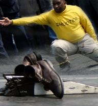 Nghi lễ phóng giày kỳ lạ của Hải quân Mỹ