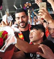 Vì sao các ngôi sao bóng đá kéo đến Trung Quốc?