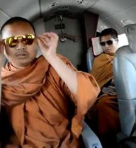 """Nhà sư háo sắc và sành điệu """"nổi tiếng"""" Thái Lan một thời đã sa lưới cảnh sát Mỹ"""